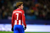 MADRID, SPAIN - NOVEMBER 23:  Antoine Griezmann of Atletico Madrid looks on during the UEFA Champions League match between Club Atletico de Madrid and PSV Eindhoven at Vicente Calderon Stadium on November 23, 2016 in Madrid, Spain.  (Photo by Richard Martin-Roberts - AMA/Getty Images)